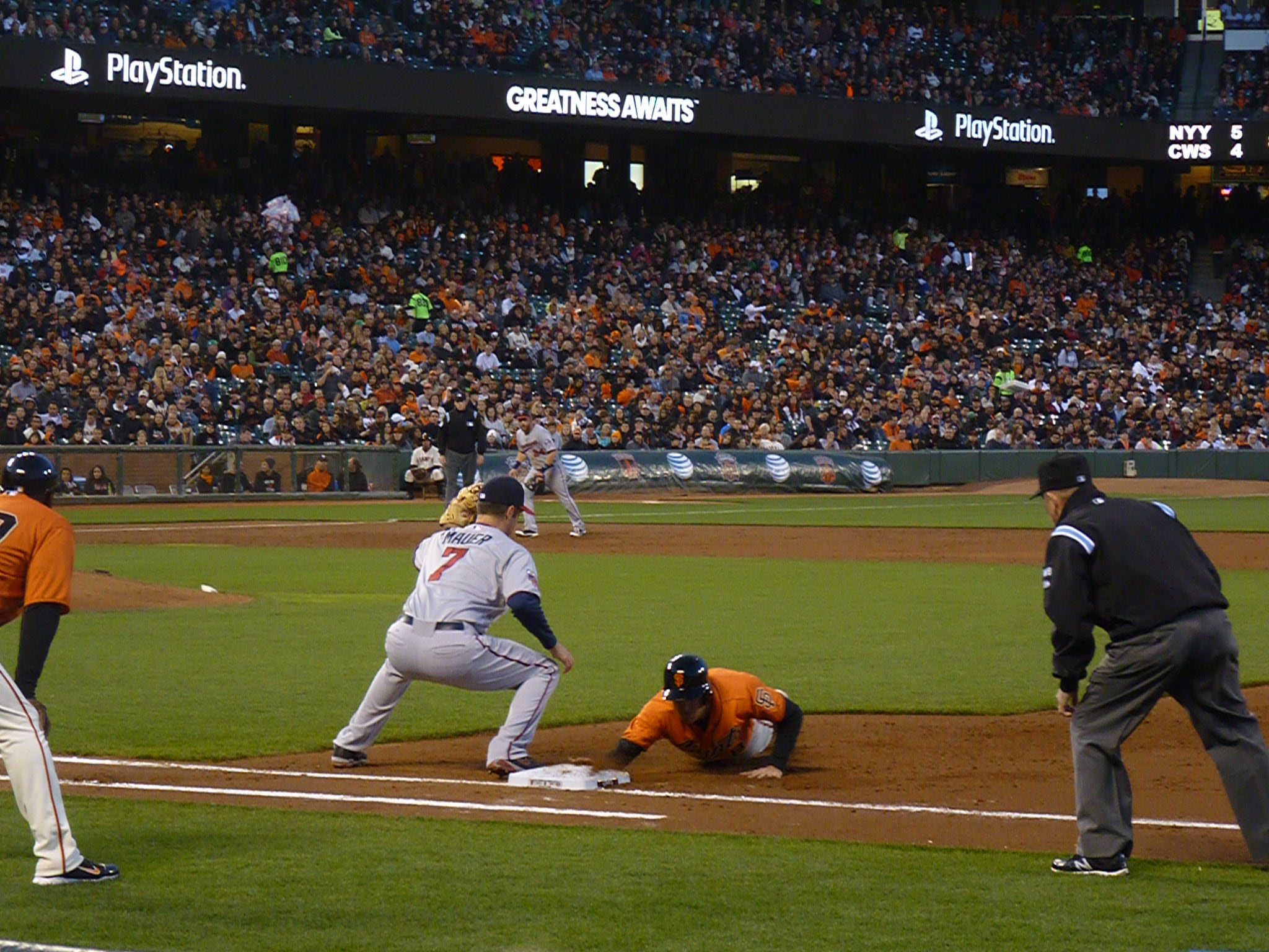 Hunter Pence Dives Back To The Bag In Time